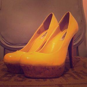 Jennifer Lopez Size 8 Yellow heels